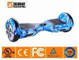 夏の涼しく青い自己のバランスのスクーター