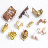 O profissional produz o metal da precisão que carimba a parte