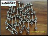 Plástico y piezas dadas vuelta metal