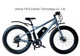 Una bici elettrica grassa urbana da 26 pollici tutto l'incrociatore fuori strada della spiaggia del terreno MTB