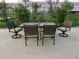 Mobília ao ar livre que janta a tabela cerâmica com cadeira de giro