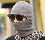 Maneiras do homem 2 da máscara da extorsão que fazem malha o chapéu feito malha do inverno