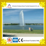 Alta fontana di acqua centrale dello spruzzo in lago