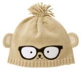 OEMの農産物はロゴによって刺繍された冬のアクリルの編まれた黒い帽子をカスタマイズした