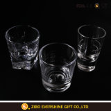 Het klassieke Glas van de Wisky met de Fabriek van het Glaswerk van de Druk van het Embleem