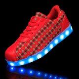 In het groot LEIDENE van de Volwassenen van de Minnaars van de Mannen van Vrouwen Lichtgevende Lichte Schoenen met het Opvlammen Zool