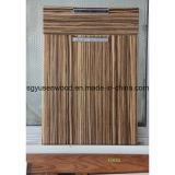 異なった様式の食器棚のドア