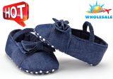 卸し売りジーンの柔らかい靴底レースUPSの靴の幼児屋内赤ん坊は靴をちょこちょこ歩く