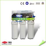 Etapa 5 bajo el purificador manual del agua del fregadero que vacia