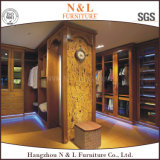 Garde-robe en bois découpée par antiquité avec la porte en bois solide