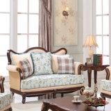 居間のソファーのためにセットされる表が付いているソファ