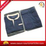 航空会社の綿の浴衣かNightwearまたはスリープの状態であるローブまたはパジャマ