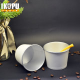Eiscreme-Cup mit Papierkappen und Löffeln