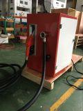 赤いカラータンクトラックはAfoの火の玉が付いている移動式小型燃料ディスペンサーを運ぶ