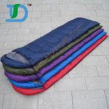 屋外のキャンプの暖かいミイラの寝袋