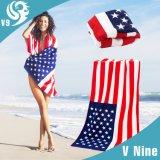 明るく印刷された夏のビーチタオル