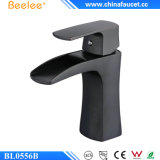Beelee Bl0556オイルは青銅色の浴室の黒の洗面器のコックを摩擦した
