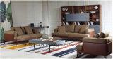居間の本革のソファー