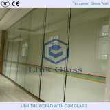 Ausgeglichenes Glas im Gebäude-Glas