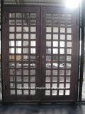 Porta do ferro com a porta de entrada principal usada casa de campo do Kickplate