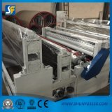 La pequeña máquina ordinaria el rebobinar del papel higiénico de la bobina con la venda vio el cortador de papel