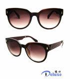 Gafas de sol plásticas de la manera del nuevo diseñador de la marca de fábrica para las mujeres con su insignia (DP1115YZ)