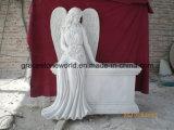 Statua di marmo bianca di angelo del cimitero con la traversa