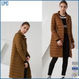 La cinta de la impresión de la manera es una chaqueta de las señoras impermeables calientes y largas