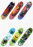 Skate de madeira de quatro rodas para miúdos com testes padrões dos desenhos animados