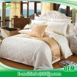 環境の綿繻子のリネン寝具はモーテルのためにセットした