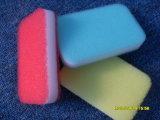 Очистьте пусковую площадку губки соскабливая для кухни, очищая инструмент