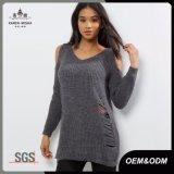 苦しめられた編まれた女性のセーターを敬遠しなさい