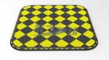 黒く及び黄色のゴム製トラフィックの横断歩道の島