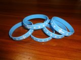 Promotionnel donner loin les bracelets gravés d'adulte de silicones gravés en relief par logo