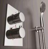 壁に取り付けられた温度調整のシャワーのコック
