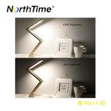 금 은 호텔 침대 곁 서 있는 가벼운 테이블 램프
