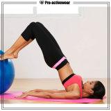 Non vedere attraverso la forma fisica atletica di allenamento delle donne mette in mostra i pantaloni di yoga di Costum