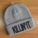 基本的な容易な刺繍の様式によって編まれる編む帽子