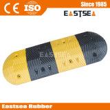 黄色いビードの反射安全道のゴム製速度のこぶ