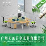 Escritorio de oficina cruzado contemporáneo de los muebles de la oficina conceptora con el zócalo móvil