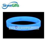 La lueur dans le logo foncé d'esprit de bracelet de silicones a estampé pour le concert