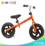 걷기 배우기를 위한 아이 균형 운영하는 자전거