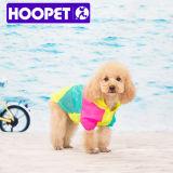 Il piccolo cane poco costoso variopinto copre il cappotto di pioggia del cane