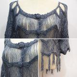 Le donne mettono il maglione in cortocircuito del cardigan del tasto con il bordo della frangia