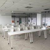 現代設計事務所のトレーニングの机