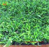Professionnel aménageant l'herbe artificielle de Syhtnetic d'herbe de jardin