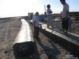 O balão de borracha para a construção da represa prepara-se