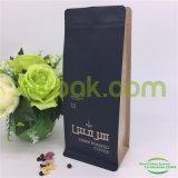 Granos de café asados frescos de la orden de encargo que empaquetan el bolso