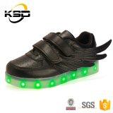 La PU impermeable que el LED de cuero se enciende para arriba embroma los zapatos con el zapato del deporte del cable del USB Cahegeable de las alas