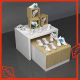 Hölzerner Ausstellungsstand mit Fächern für Schuhe